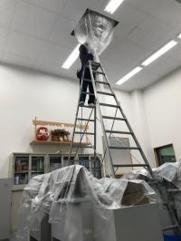 吹き抜けの天井に設置したエアコンの掃除。