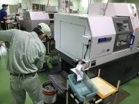 自動旋盤の切粉掃除